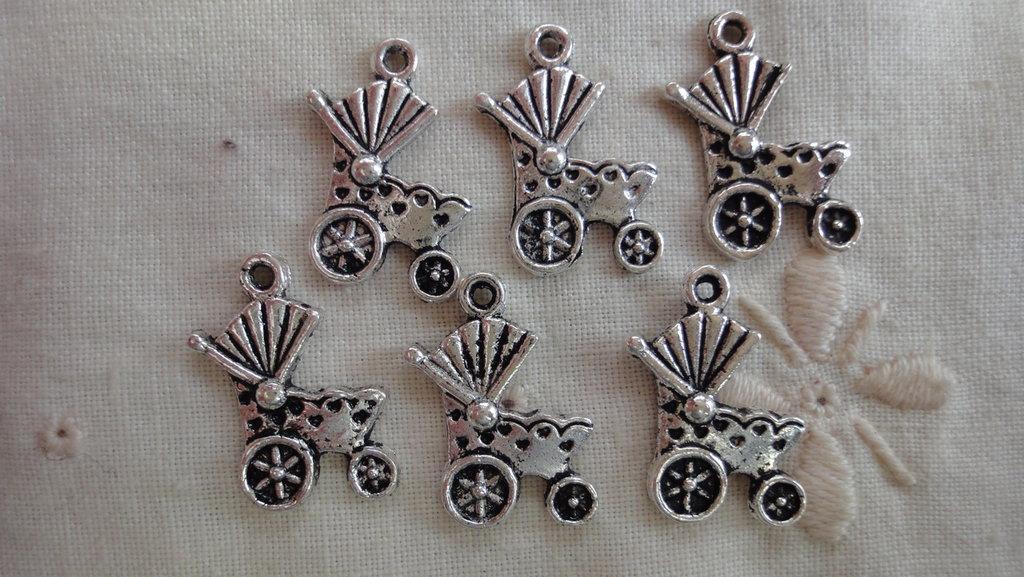 6 Ciondoli Carrozzina per Neonato in metallo color argento 19x12 mm.