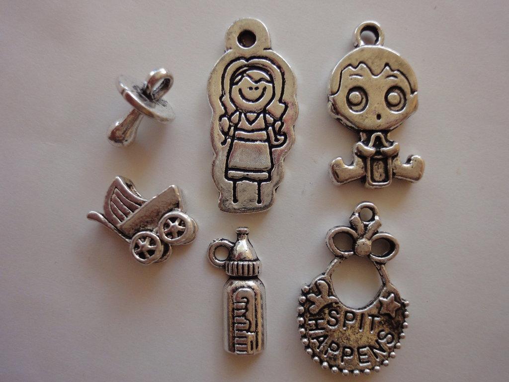 6 Ciondoli Neonato diversi in metallo color argento