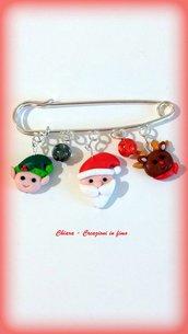 Spilla natalizia in fimo, argilla polimerica, con babbo natale, elfo e renna, handmade, idee regalo natale