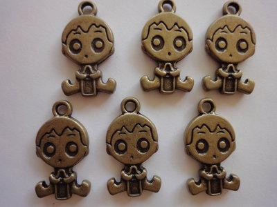 6 Ciondoli  Neonato con biberon  in metallo color bronzo 24x14 mm.