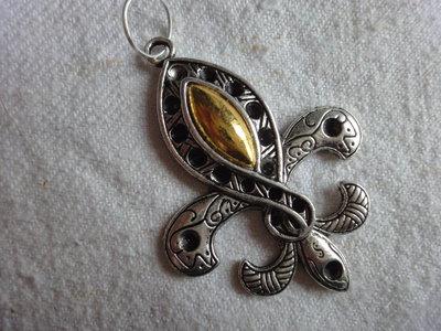 1 Ciondolo Giglio di Firenze in metallo color argento e dorato  51x48 mm.