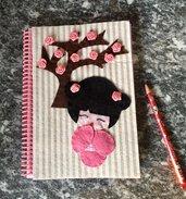 Quaderno con copertina decorata con kekeshi e fiori