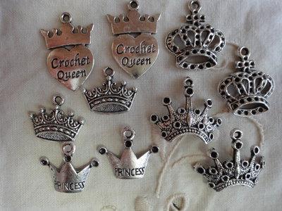 10 Ciondoli Corone 5 modelli diversi in metallo color argento