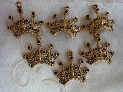 6 Ciondoli Corone in metallo color oro 21x24 mm.