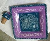 Piattino quadrato per sotto bottiglia e tappo di ceramica, creato a mano e graffito colore lilla e petrolio