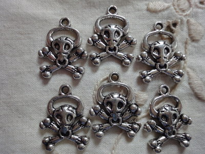 6 Ciondoli Teschi in metallo color argento 22x18 mm.