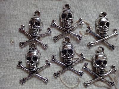 6 Ciondoli Teschi in metallo color argento 21x24 mm.