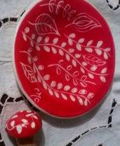 Piattino rotondo per sotto bottiglia con tappo di ceramica, creato a mano e graffito colore rosso