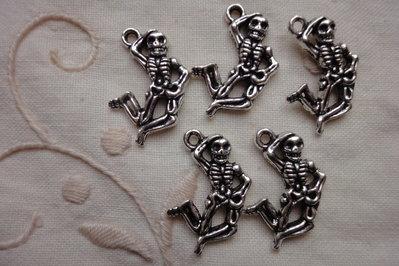 5 Ciondoli Scheletri in metallo color argento 21x16 mm.