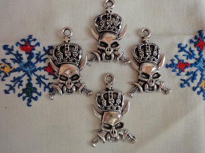 4 Ciondoli Pirati con Corona in metallo color argento 40x25 mm.