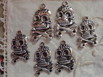 6 Ciondoli Teschi  in metallo color argento 32x20 mm.
