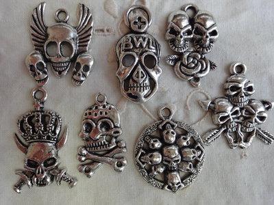 7 Grandi Ciondoli Teschi diversi in metallo color argento