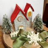 Presepe di Natale -villaggio di montagna in pannolenci con abeti innevati