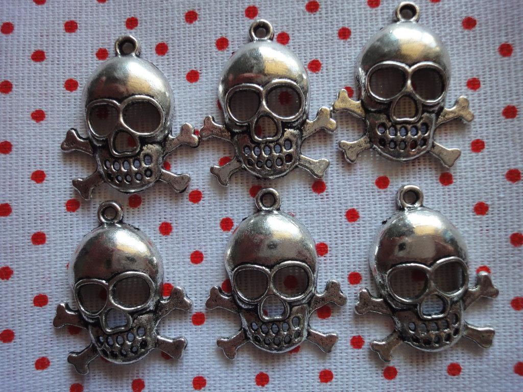 6 Ciondoli Teschi in metallo color argento 27x23 mm.