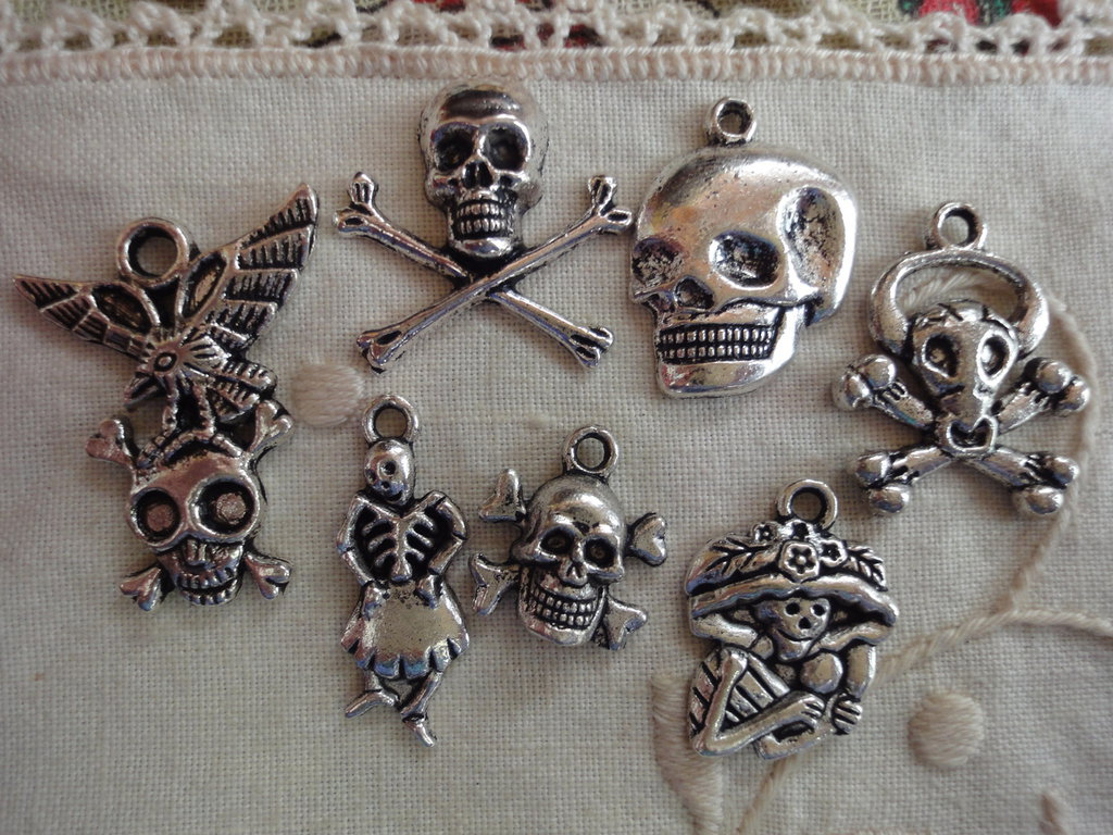7 Ciondoli Teschi diversi in metallo color argento