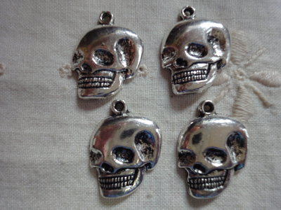 4 Ciondoli Teschi in metallo color argento 22x16mm.