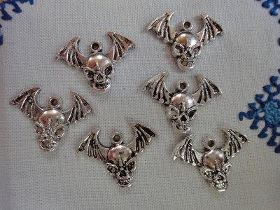 6 Ciondoli Teschi pipistrello in metallo color argento 23x17 mm.