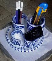 Organizzatore per scrivania di maiolica bianca con motivi blu, scomparti a volute su base rotonda
