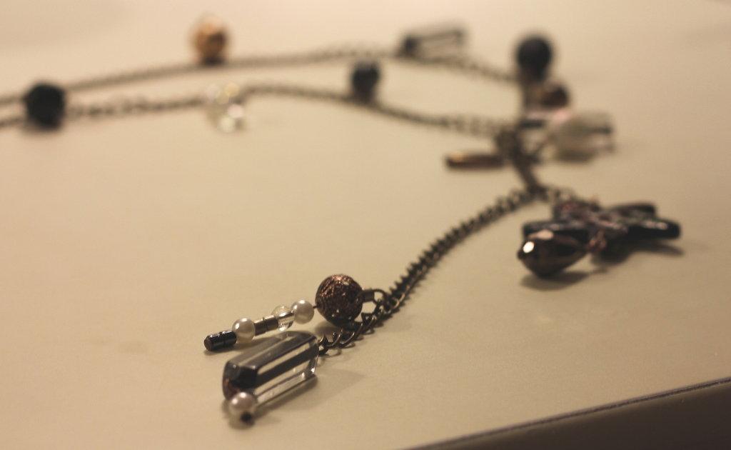 Collana, tonalità del nero