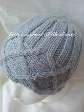 Cappello in pura lana 100% con gioco di intrecci lavorato a maglia