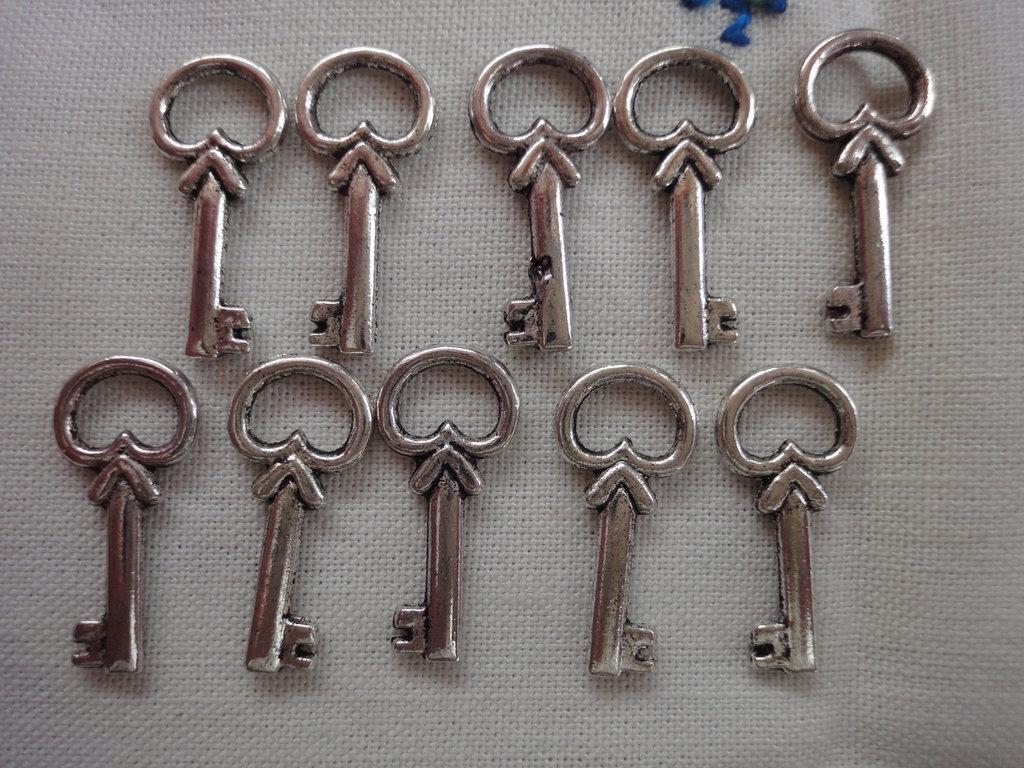 10 Ciondoli Chiavi in metallo color argento 22x10 mm.