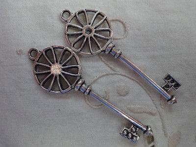 2 Ciondoli Chiavi in metallo color argento 55x21 mm.