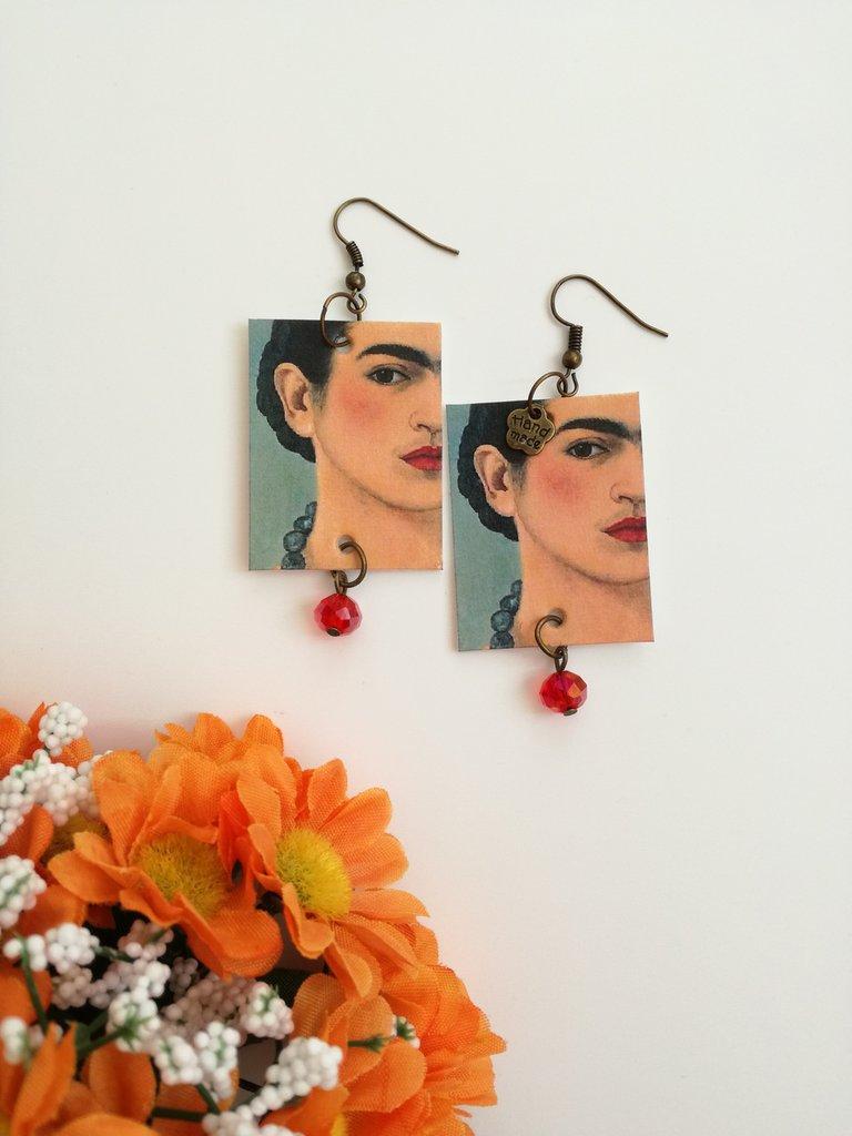 Frida kahlo orecchini di carta con perla rossa.