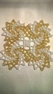 Centrino quadrato oro e bianco