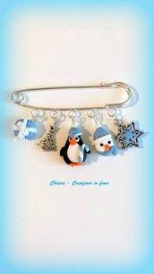 Spilla natalizia in fimo con pinguino, argilla polimerica, handmade, idee regalo natale, regalo teenager