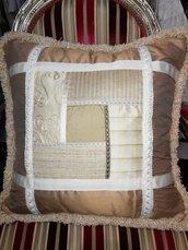 Cuscino in seta a piccoli quadri patchwork, fatto a mano, con passamaneria