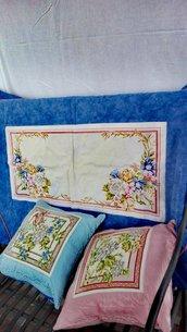 Trapuntina matrimoniale più due cuscini in tessuto di arredamento.