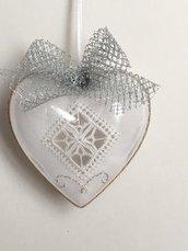 Decorazione natalizia- palla di Natale a forma di cuore ricamata a Reticello