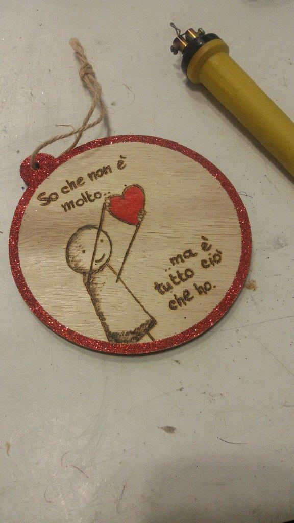 palla di natale in legno incisa con frase