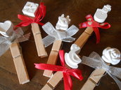 Chiudi pacco natalizi con mollette in legno e gessetti profumati , 10 soggetti assortiti.