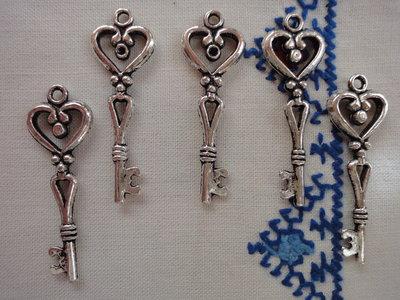 5 Ciondoli Chiavi in metallo color argento 42x15 mm.