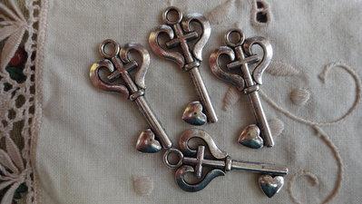 4 Ciondoli Chiavi in metallo color argento 34x17 mm.