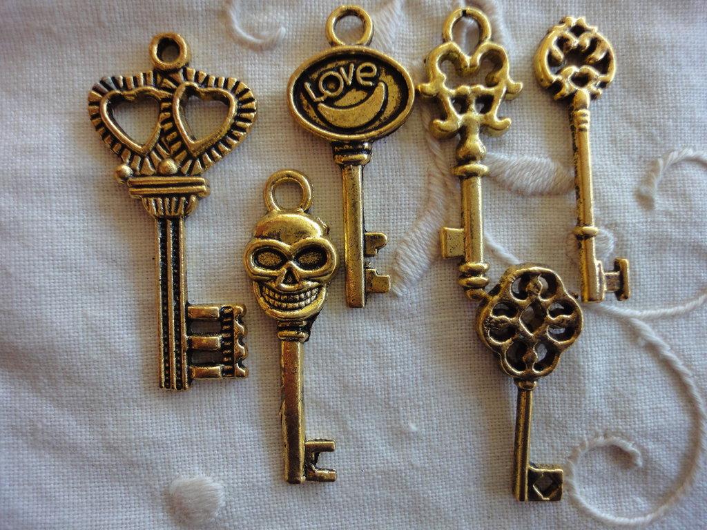 6 Ciondoli Chiavi Diverse in metallo color oro