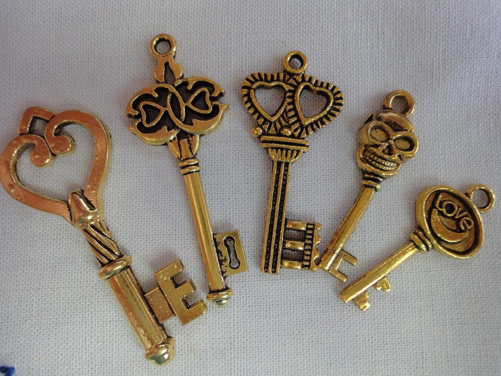 5 Ciondoli Chiavi Diverse in metallo color oro