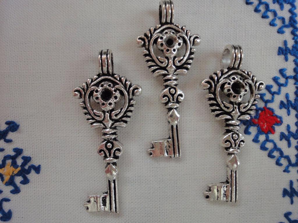 3 Ciondoli Chiavi in metallo color argento 46x20 mm.