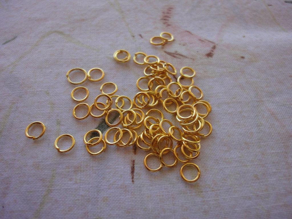 200 anelli color oro da 6 mm.