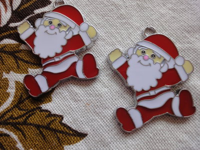 2 Babbo Natale in smalto 40x33 mm.