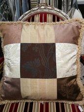 Cuscino in seta a grossi quadri patchwork fatto a mano, con passamaneria