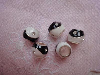 5 Perle foro largo smalto avorio e nero con strass 10x8 mm.