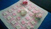 Copertina rosa e bianca con cappellino e scarpette coordinate