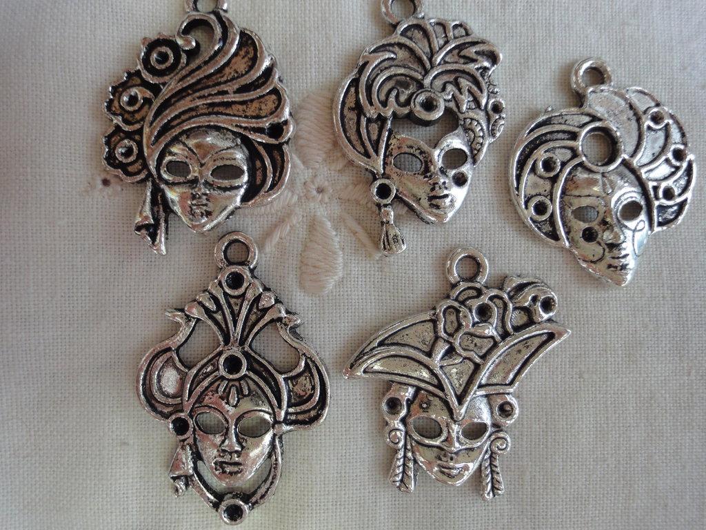 5 Ciondoli Maschere Veneziane diverse in metallo color argento