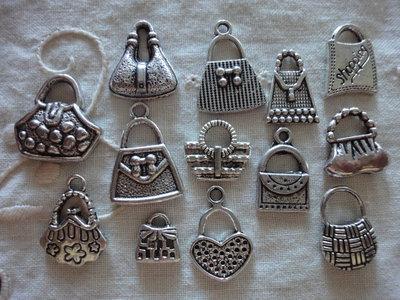 13 Ciondoli Borse diverse in metallo color argento