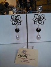 Orecchini con stella in tessitura di perline, pendenti in onice e perla