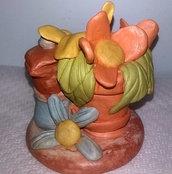 statuetta raffigurante fiore e tazza di caffè eseguita a mano