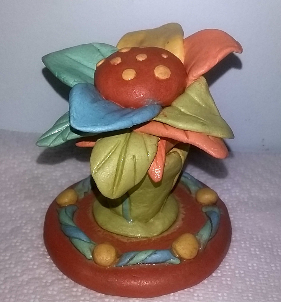 creazione artistica fiore colorato eseguito a mano