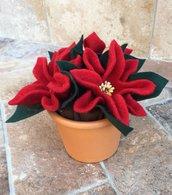 Vaso di terracotta con tre stelle di Natale in lana cotta rossa